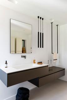 Salle de bain moderne avec un lavabo intégré : Photos et ...