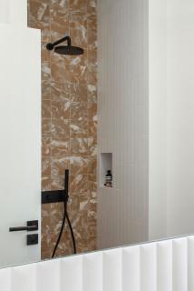 Skandinavische Badezimmer mit Terrazzo-Waschbecken ...