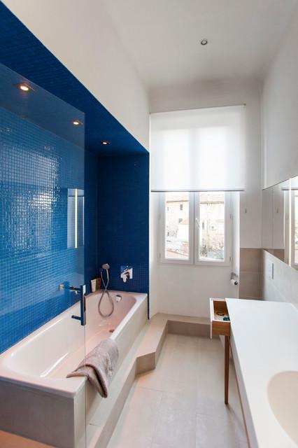 Salle de bain bleue beige et blanche - Modern - Badezimmer ...