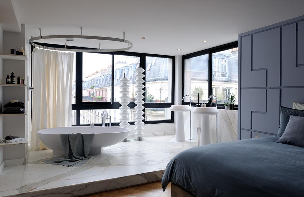 Aménagement d'une salle d'eau contemporaine de taille moyenne avec une baignoire posée, un carrelage beige, un carrelage blanc, un carrelage marron, un mur blanc, un sol en marbre, un lavabo de ferme et une cabine de douche avec un rideau.