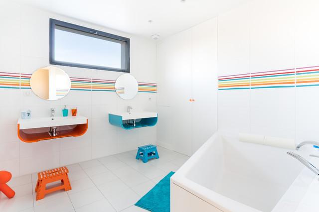Idée De Décoration Pour Une Grande Salle De Bain Design Pour Enfant Avec Un  Carrelage Multicolore
