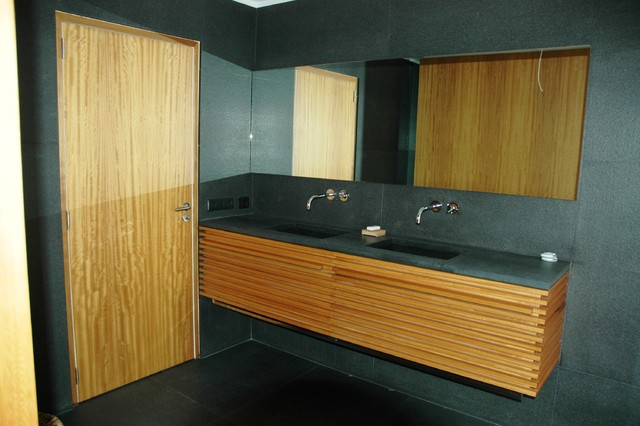 Salle de bain lattis iroko vernis naturel contemporary bathroom other metro by miramond for Galet salle de bain vernis