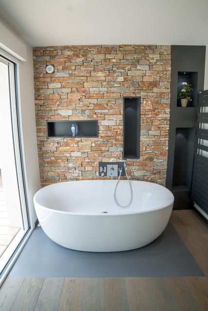 salle de bain parement pierres contemporain salle de bain nancy par quadra tech habitat. Black Bedroom Furniture Sets. Home Design Ideas