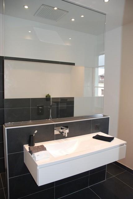 Salle de bains avec baignoire îlot et douche contemporaine ...