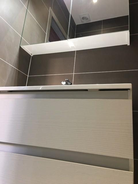 Salle de bains blanche & marron mat - Contemporary ...