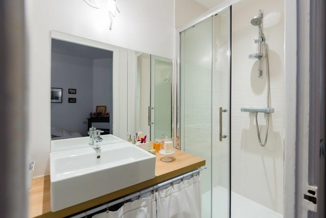 Aménagement d'une salle de bain contemporaine.
