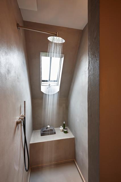 Exemple d'une petite salle de bain tendance avec béton au sol et un mur marron.