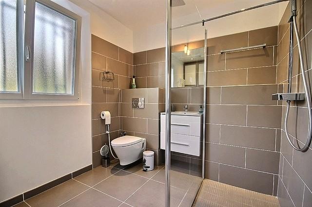 renovation d 39 une salle de bain lingerie contemporain salle de bain nice par av o antibes. Black Bedroom Furniture Sets. Home Design Ideas
