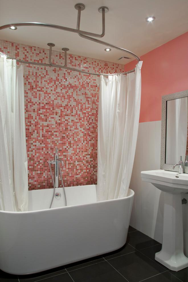 Réalisation d'une salle de bain principale design de taille moyenne avec une baignoire indépendante, un carrelage rose, un carrelage blanc, carrelage en mosaïque, un lavabo de ferme et un mur rose.