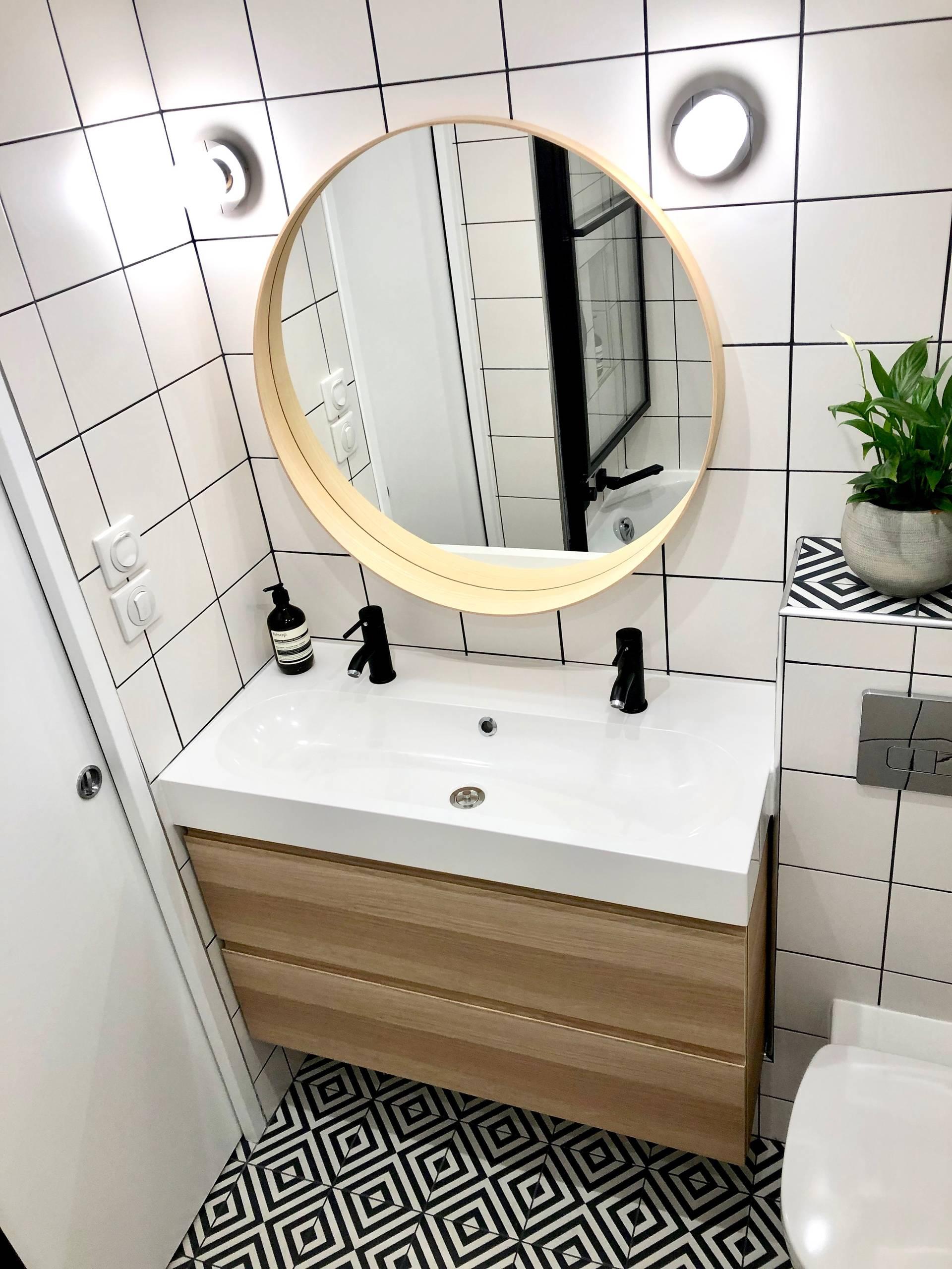 Une double vasque suspendue et un grand miroir