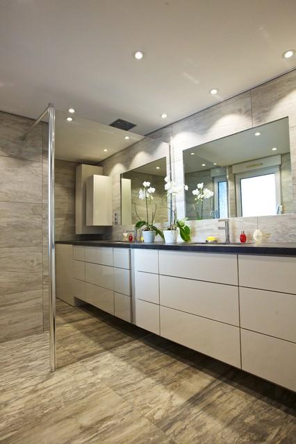 Une salle de bain aspect minéral, bois périfié et ardoise ...