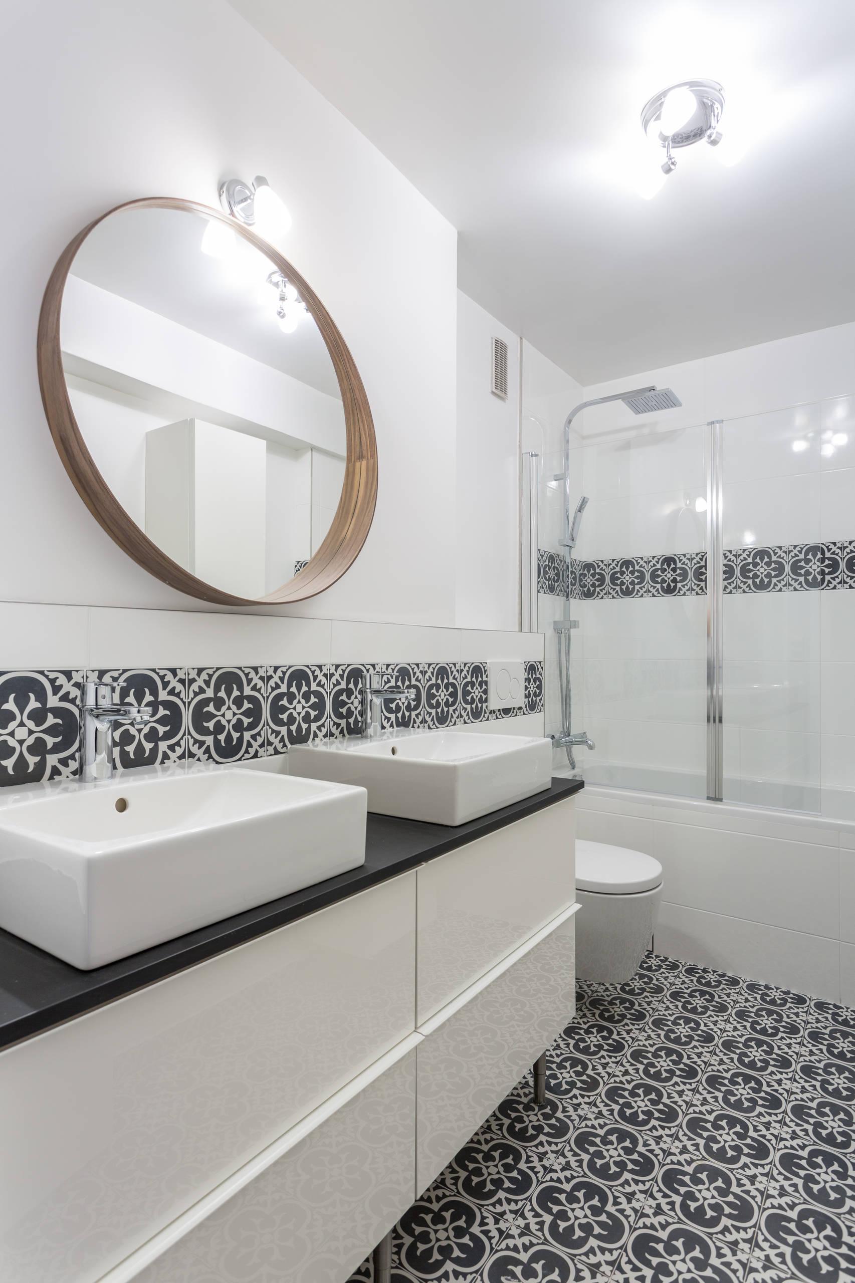 une salle de bain noir et blanc