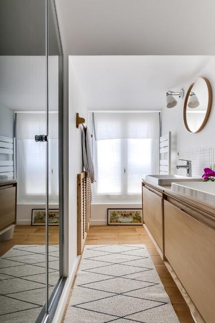 Inspiration pour une petite salle d'eau nordique avec des portes de placard en bois vieilli, une douche à l'italienne, un carrelage beige, carrelage en mosaïque, un mur blanc, une vasque, un sol en bois brun et un placard à porte plane.