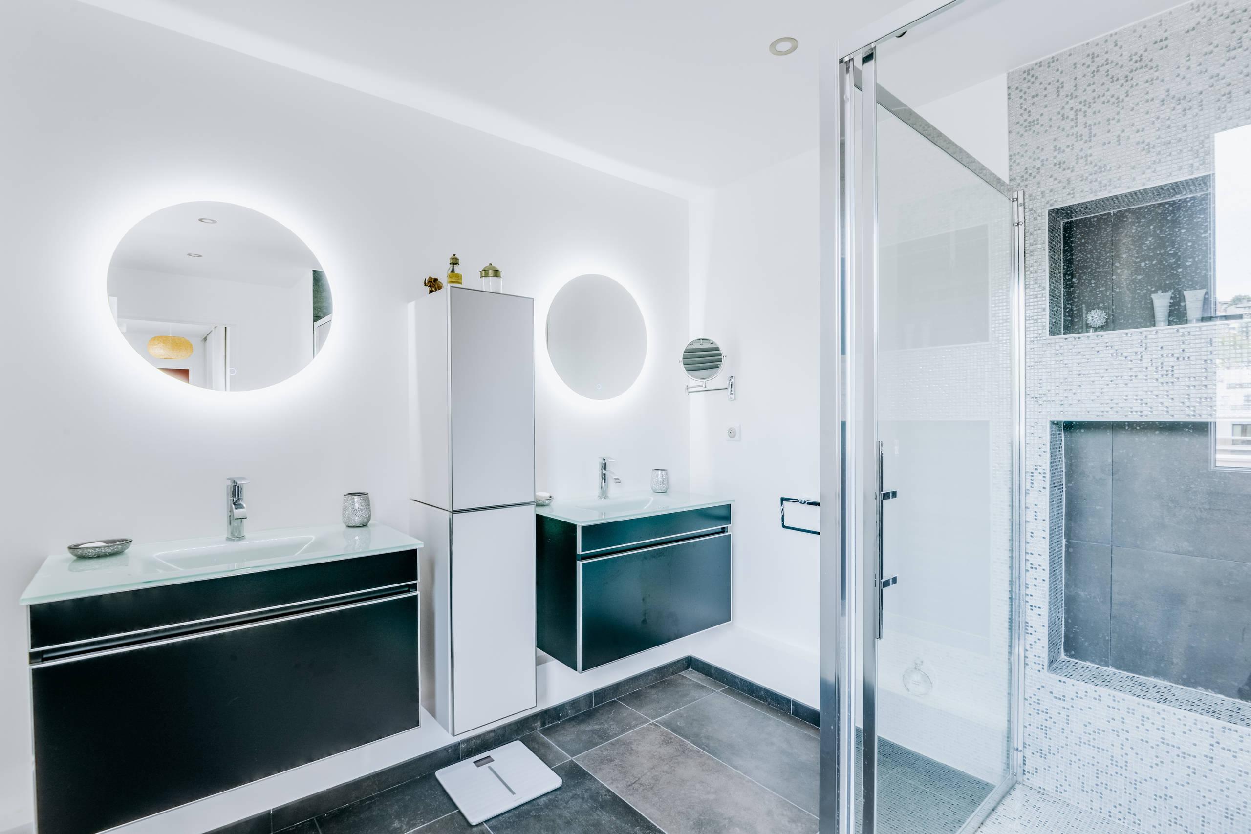 Une très grande salle de bains avec une douche à l'italienne