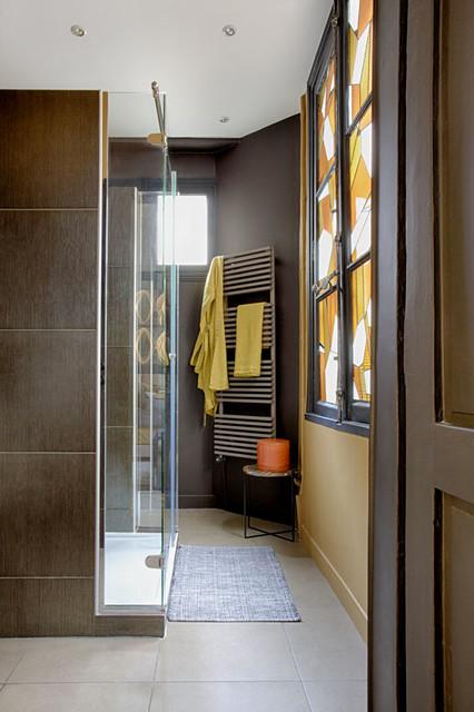 Vue de la salle de bain et de son vitrail eclectique-salle-de-bain