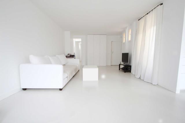 Béton ciré autolissant blanc – Appartement privé - Family Room ...