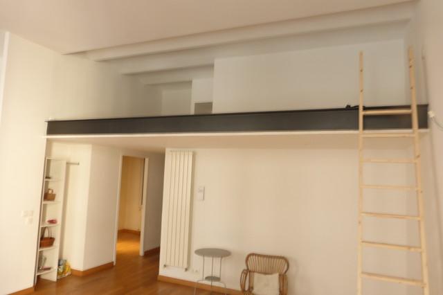 Doubler l 39 espace traitement de escalier clectique for Salle de sejour bleu