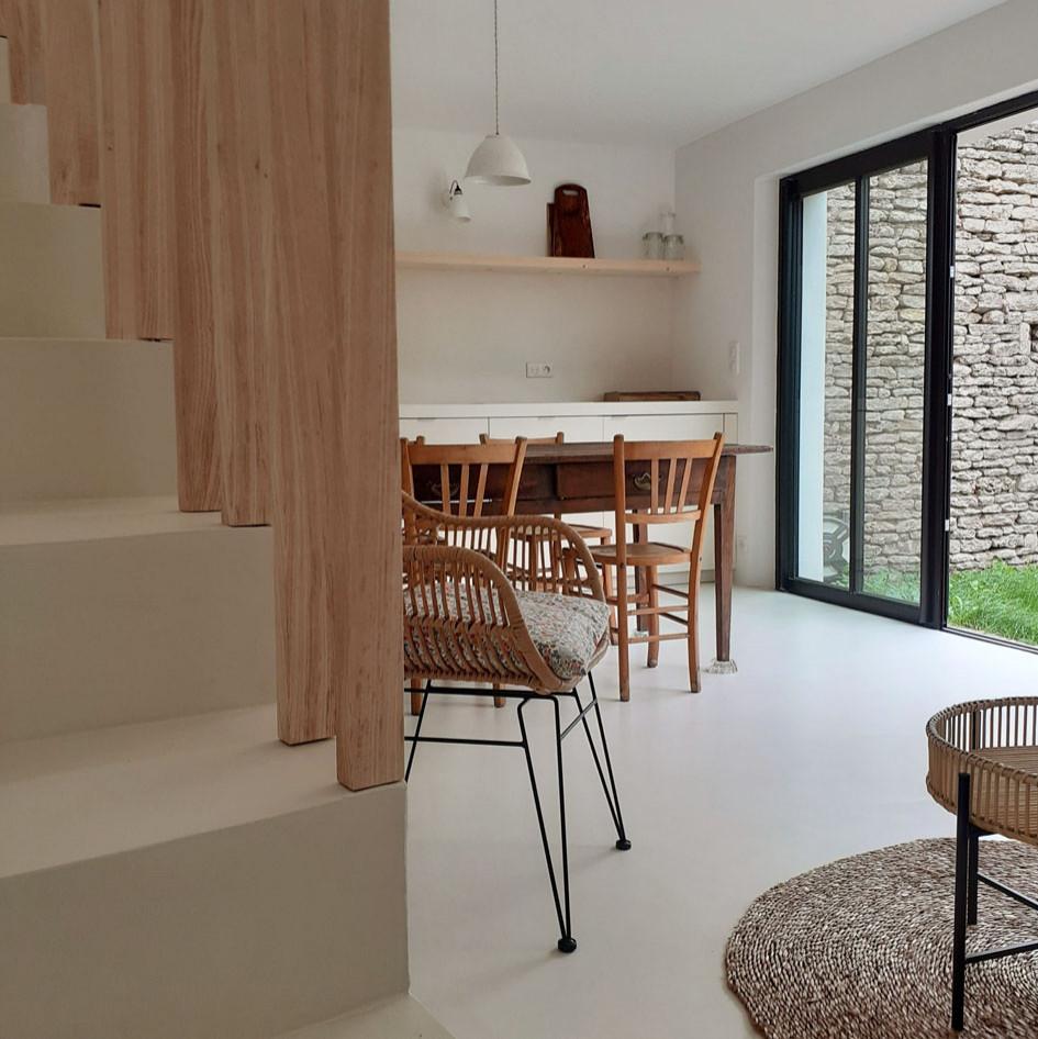 """Enduit décoratif lissé """"Ivoir"""" sur l'escalier, plan cuisine et sol"""