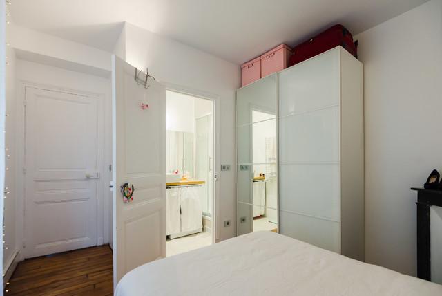 Réalisation d'une salle de séjour design ouverte avec un sol en bois brun, un mur blanc, un poêle à bois et un manteau de cheminée en brique.