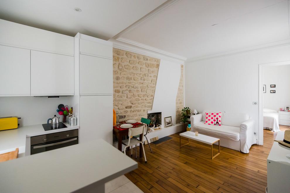 Salon et coin cuisine-vue de l'entrée