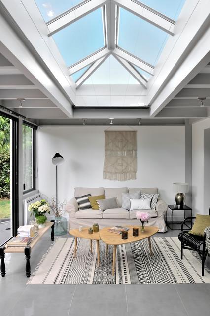 Une salle à manger moderne dans une véranda toiture plate ...
