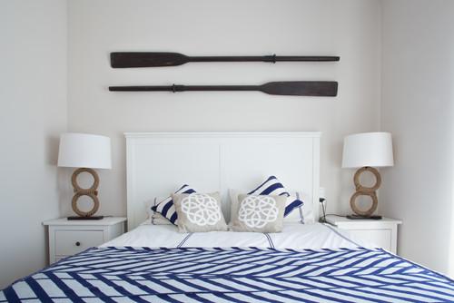 dormitorio de estilo marinero con palas de remo