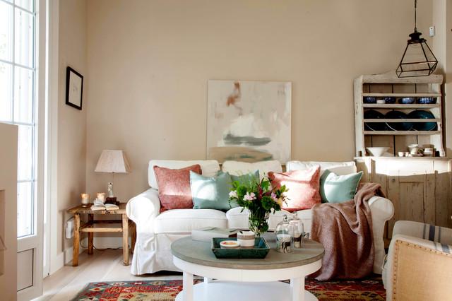 Foto de salón para visitas abierto, escandinavo, de tamaño medio, sin chimenea y televisor, con paredes beige y suelo de madera clara
