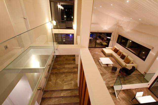 Foto de salón abierto, moderno, grande, con paredes blancas, suelo de mármol y suelo marrón