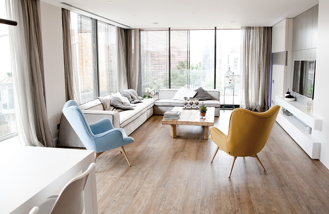 Foto de salón para visitas abierto, contemporáneo, de tamaño medio, sin chimenea, con paredes blancas, suelo de madera en tonos medios y televisor colgado en la pared