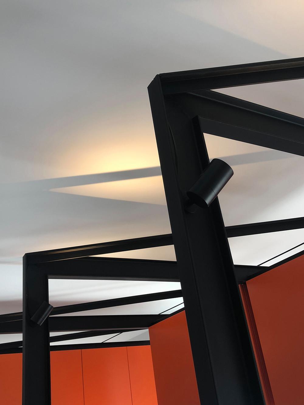 Detalle de la estructura de la cocina y la iluminación.