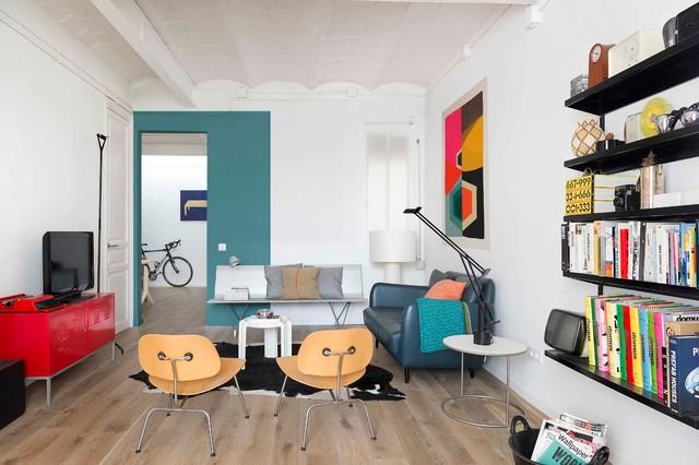 Ispirazione per un soggiorno minimal di medie dimensioni e chiuso con libreria, pareti bianche, pavimento in legno massello medio, nessun camino e TV autoportante