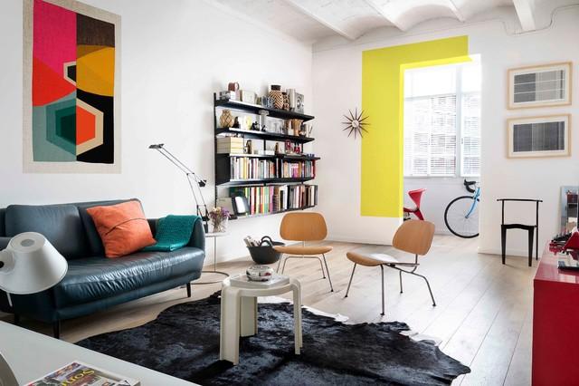 Idee per un soggiorno contemporaneo di medie dimensioni e chiuso con libreria, pareti bianche, pavimento in legno massello medio e nessun camino