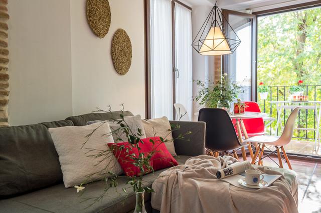 Ejemplo de salón abierto, clásico renovado, pequeño, con paredes blancas, suelo de baldosas de terracota, televisor independiente y suelo marrón
