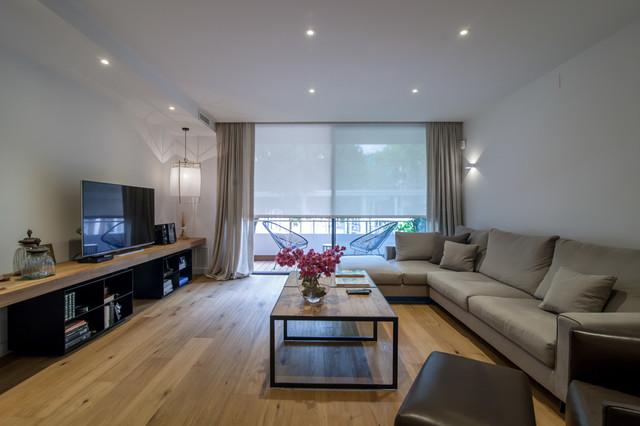 Foto de salón para visitas cerrado, clásico renovado, grande, sin chimenea, con paredes blancas, suelo de madera clara y televisor independiente