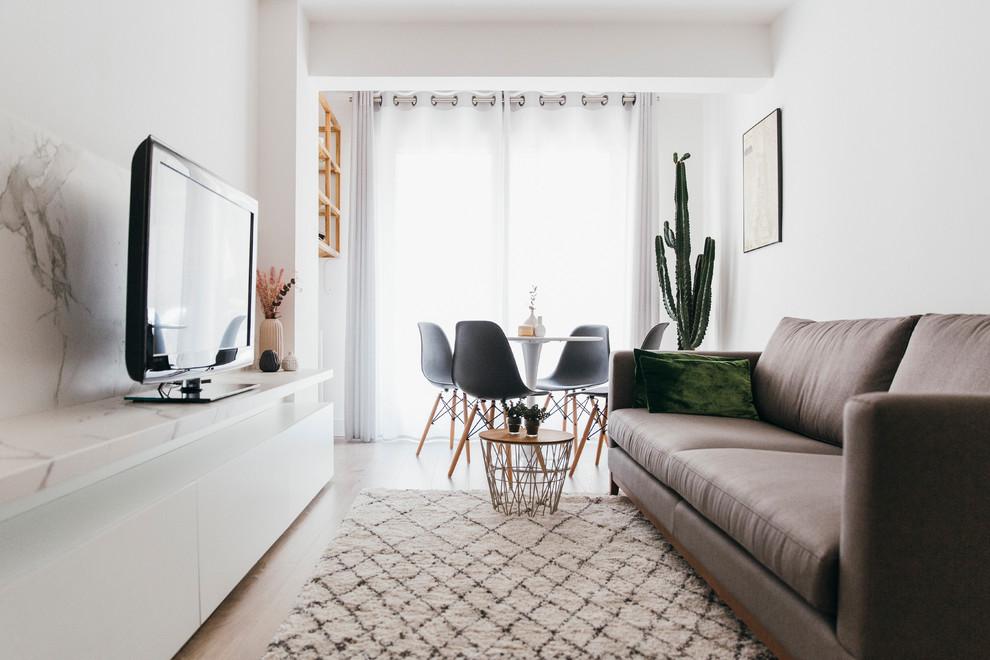 Diseño de salón cerrado, escandinavo, pequeño, con paredes blancas, suelo de madera en tonos medios, televisor independiente y suelo marrón
