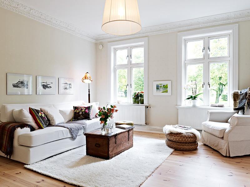Medium sized classic living room in Madrid with medium hardwood flooring and no fireplace.