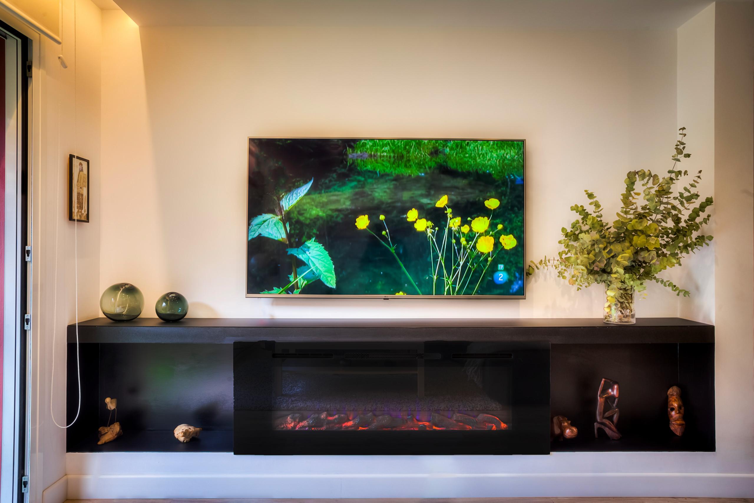 Salón, detalle del mueble TV con chimenea