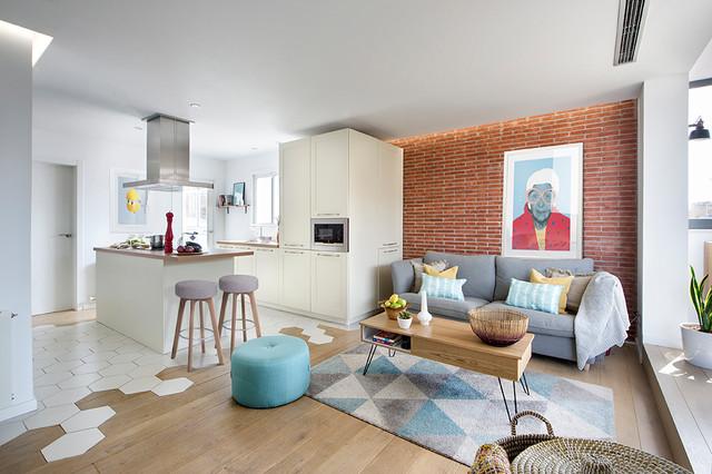 Diseño de salón abierto, actual, de tamaño medio, con paredes rojas, suelo de madera en tonos medios y suelo marrón