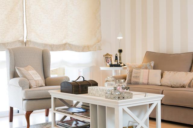 Imagen de salón para visitas cerrado, clásico, de tamaño medio, sin chimenea, con paredes multicolor y suelo de madera en tonos medios