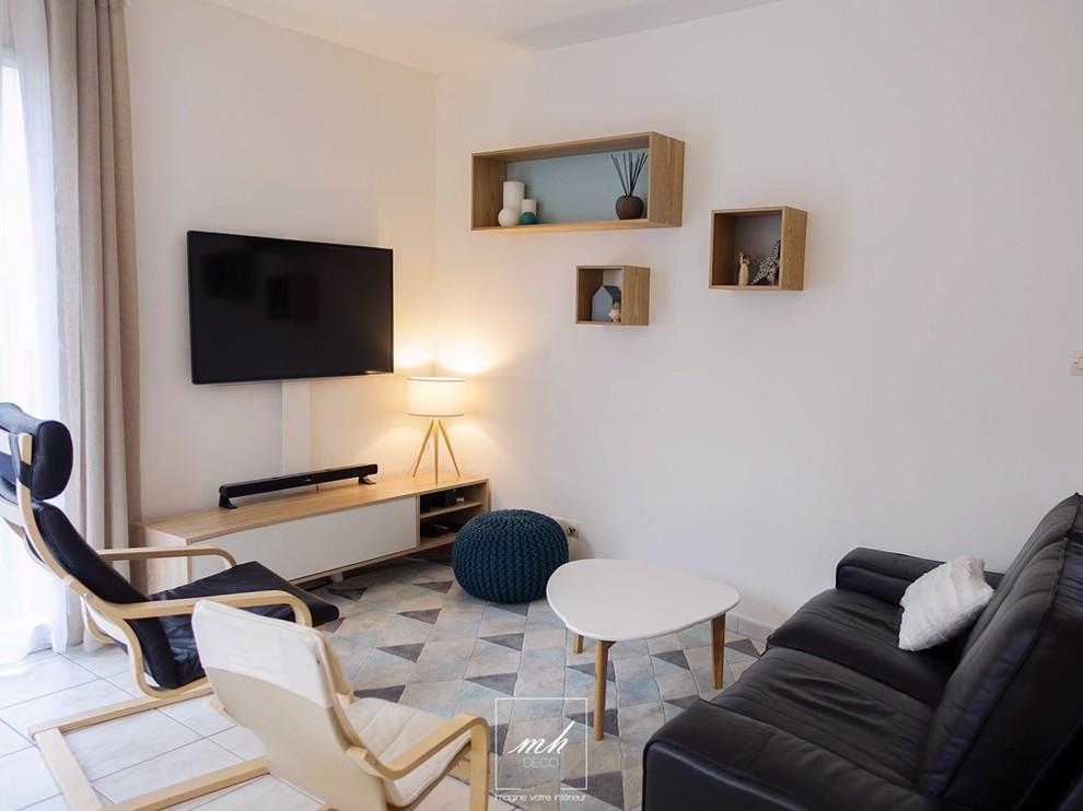 パリの小さい北欧スタイルのリビング・居間の画像 (白い壁、壁掛け型テレビ、LDK、フォーマル、暖炉なし)