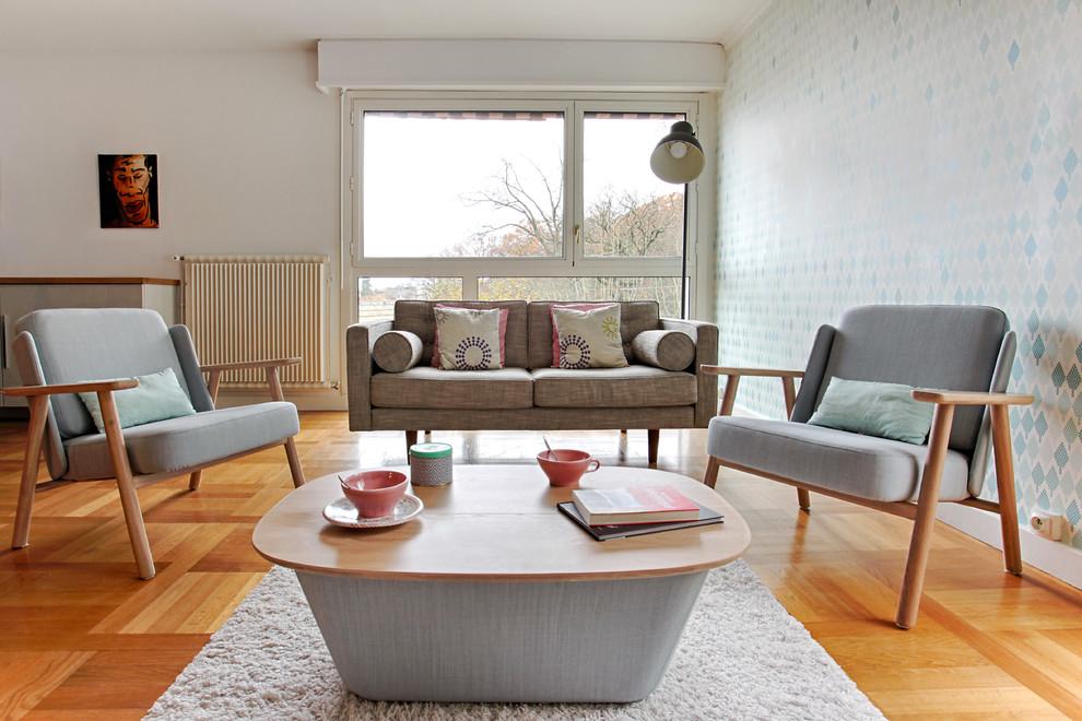 Inspiration pour un salon nordique de taille moyenne et ouvert avec une salle de réception, un mur blanc, un sol en bois clair, un téléviseur indépendant et un sol beige.