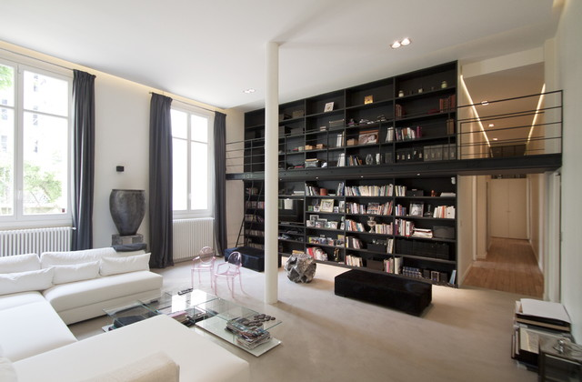 Visite priv e authenticit et design dans un appartement - Decoration bibliotheque murale salon ...