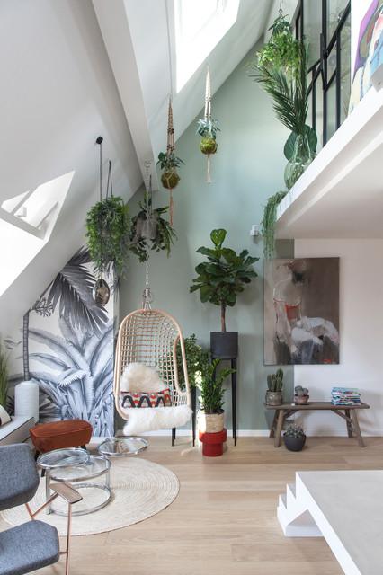 Esempio di un soggiorno contemporaneo aperto con pareti verdi, parquet chiaro e pavimento beige