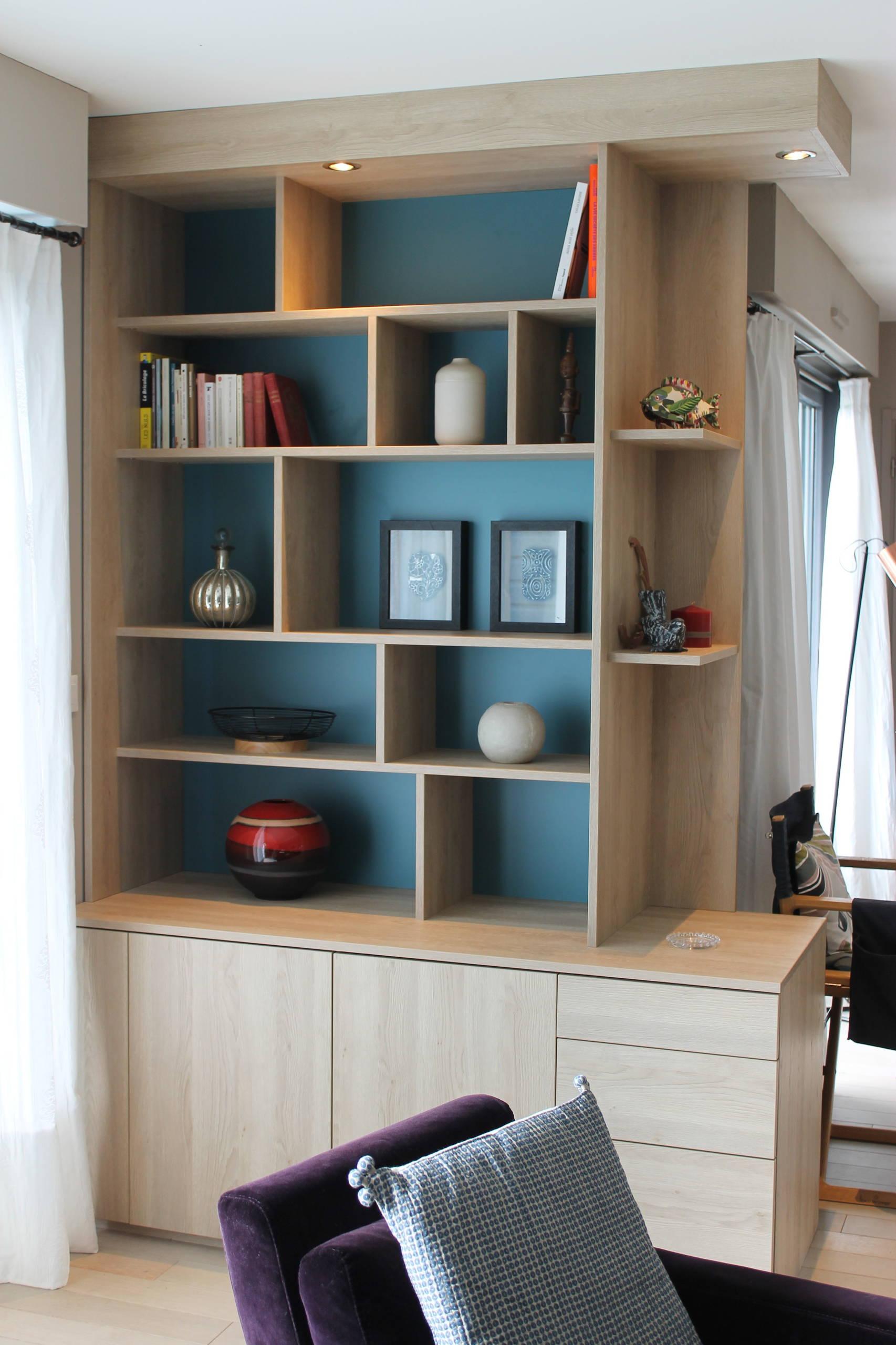 Construction d'un meuble sur mesure en bois sur fond bleu