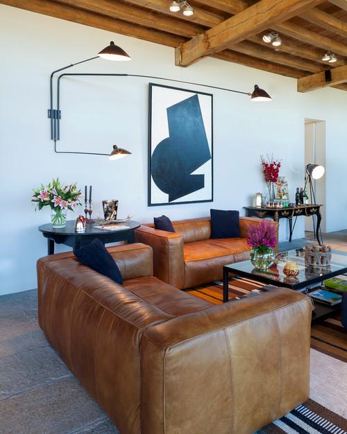 salon avec canapés en cuir marron et applique murale