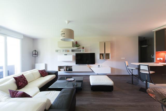 Mittelgroßes, Offenes Modernes Wohnzimmer Mit Blauer Wandfarbe,  Freistehendem TV Und Dunklem Holzboden In Paris