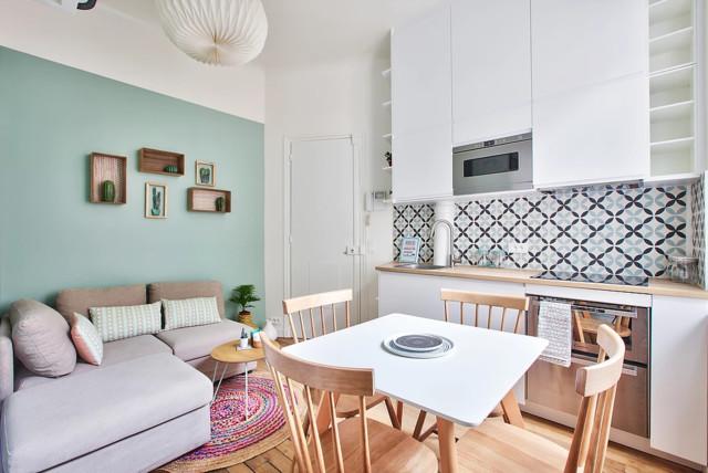 Idées déco pour un petit salon scandinave ouvert avec un mur vert, un sol en bois brun, un téléviseur fixé au mur et un sol marron.
