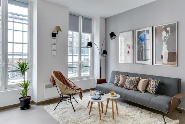 Cette photo montre un salon tendance avec un mur gris.