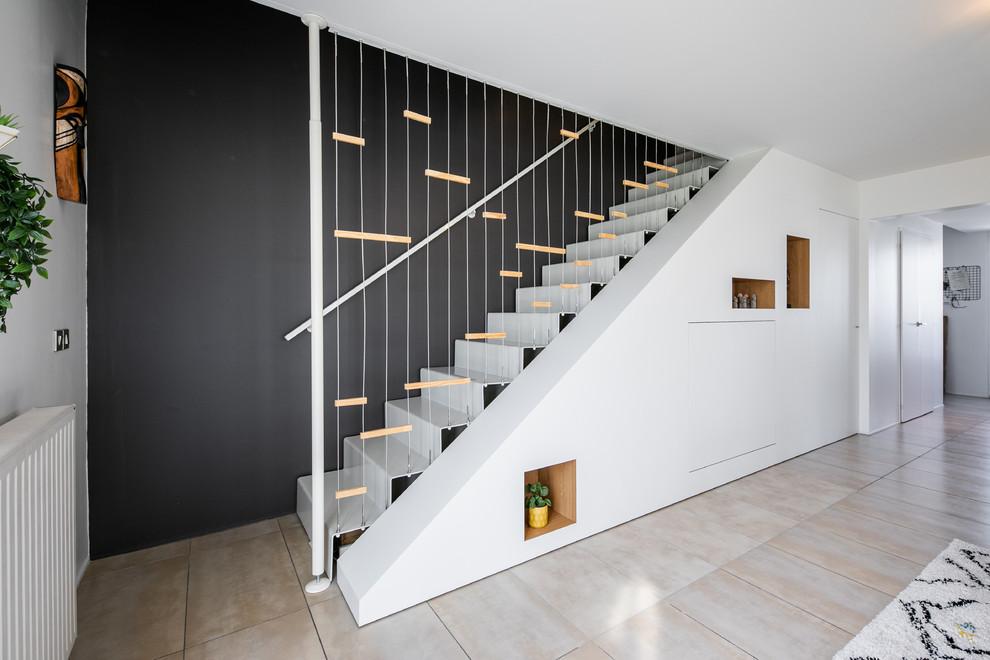 Cette photo montre un grand salon tendance ouvert avec une salle de réception, un mur gris, un sol en carrelage de céramique et un sol beige.