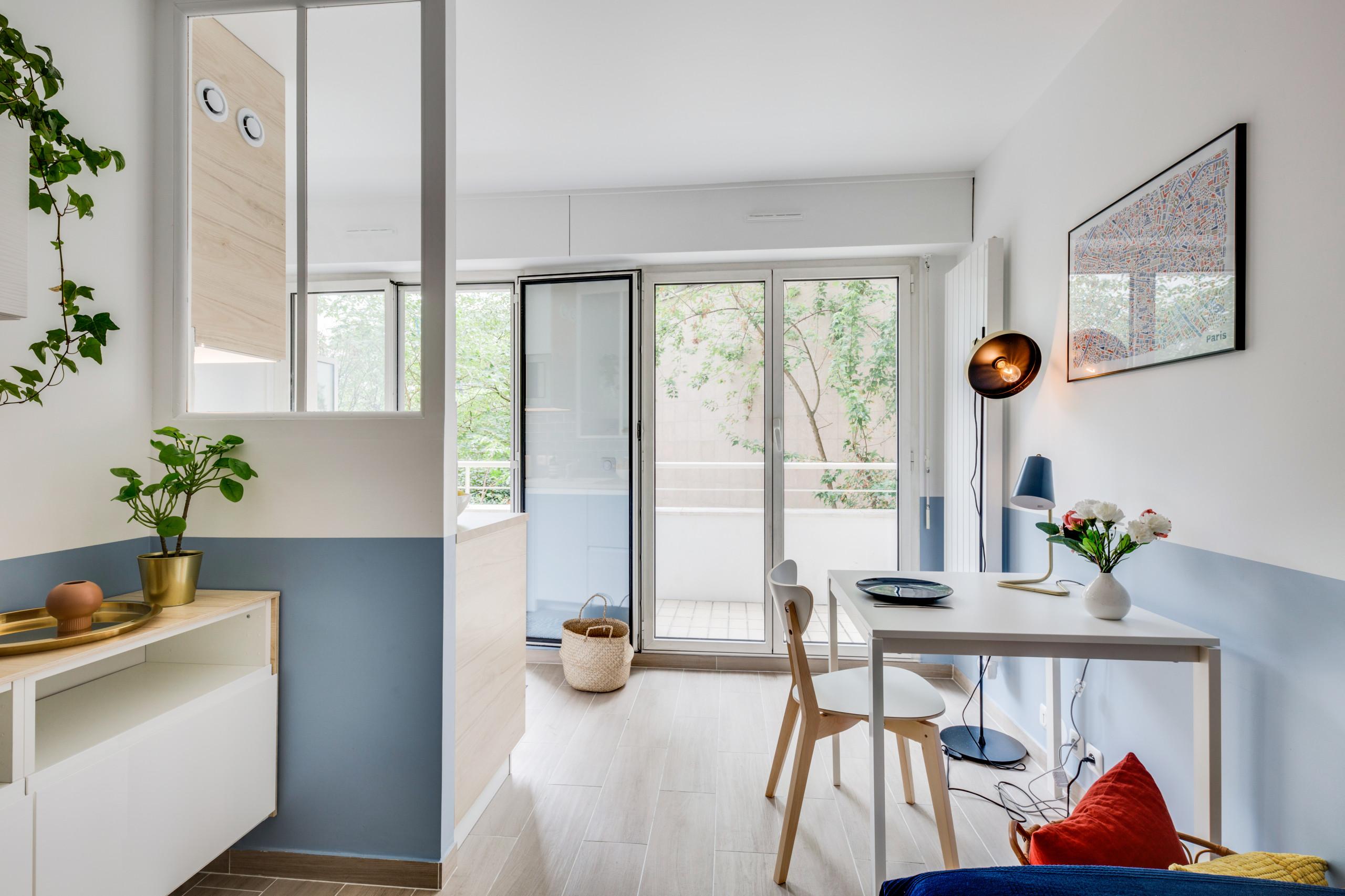 Rénovation studio, du bleu, du bois, du terracotta et du laiton